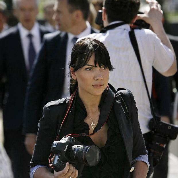 Yana Lapikova, ex-modelo e miss Moscou 2008, trabalha como fotógrafa em imagem de 1º de junho em Londres. Yana foi contratada como uma das três fotógrafas pessoais do premiê da Rússia, Vladimir Putin, o que provocou comentários no país (Foto: AP)