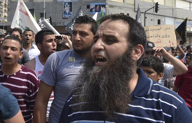 Manifestantes protestam contra o governo da Síria em Trípoli, no norte do Líbano, nesta sexta-feira (17) (Foto: AP)