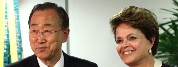 O secretário-geral da ONU, Ban Ki-moon, ao lado da presidente Dilma Rousseff nesta quinta-feira (16) em Brasília (Foto: AP)