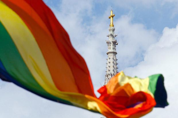 Bandeira do movimento gay em praça de Zagreb, capital da Croácia, nesta quarta-feira (15) (Foto: AP)