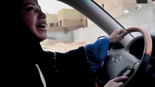 Imagem de vídeo divulgada pela Change.org mostra mulher saudita dirigindo durante protesto desta sexta-feira (17) na capital, Riad (Foto: AP)