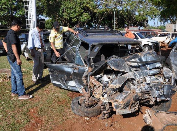 Peritos fazem nova vistoria em carro suspeito de participar de racha em Campo Grande, MS (Foto: Ricardo Campos Jr./G1 MS)