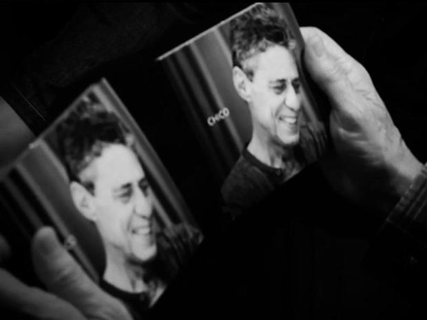 Chico Buarque segura a capa do disco 'Chico' em vídeo publicado em seu site oficial (Foto: Reprodução)