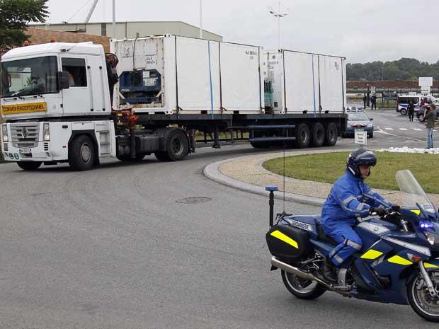 Corpos de vítimas do voo 447 da Air France foram transportados em caminhões do porto de Bayonne a Paris. (Foto: Bob Edme / AP Photo)