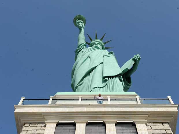 estátua (Foto: Claudia Baartsch/A Notícia/Agência RBS)