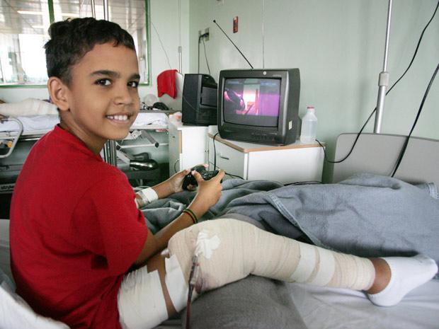 Lucas teve a perna reimplantada após ser atropelado em dezembro  (Foto: Divulgação/SES/Mauricio Bazilio )