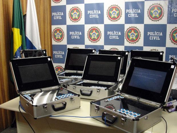 Máquinas caça-níqueis portatéis acondicionadas em maletas do tipo 007 (Foto: Divulgação/Polícia Civil do Rio de Janeiro)