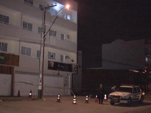 Rapaz é suspeito de jogar namorada do 3º andar de prédio em Santa Maria (Foto: Reprodução/TV Globo)