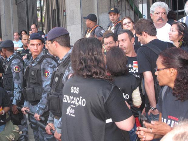 Professores cercam predio da secretaria no Rio (Foto: Aluizio Freire/G1)