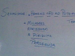 Frases escritas em quadro em classe de aula por professor em Ceilândia, no Distrito Federal (Foto: Reprodução)