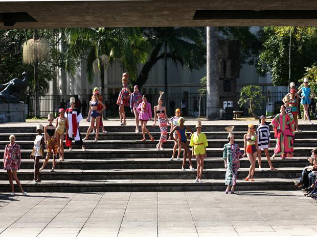 Desfile da Neon aconteceu na área externa do Mube (Foto: Daigo Oliva/G1)