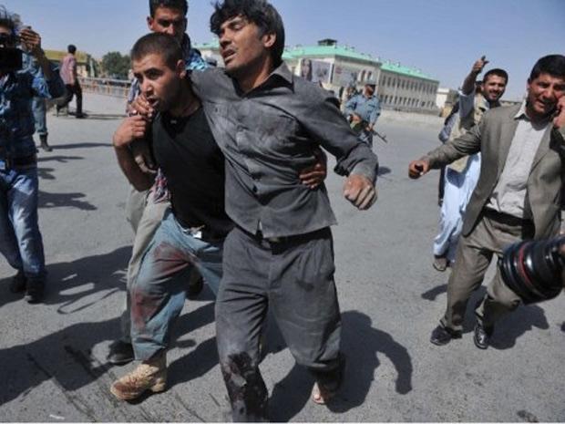 Homem ferido é carregado após ataque Cabul, no Afeganistão (Foto: Massoud Hossaini/AFP)