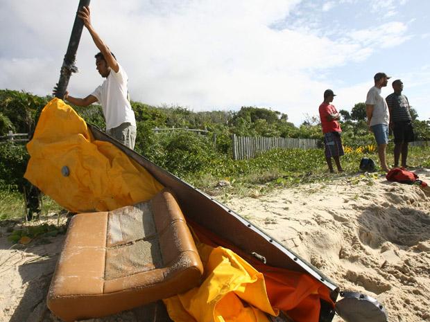 Banco de helicóptero é encontrado no mar, no litoral baiano, neste sábado (Foto: Joá Souza/Agência A Tarde/AE)