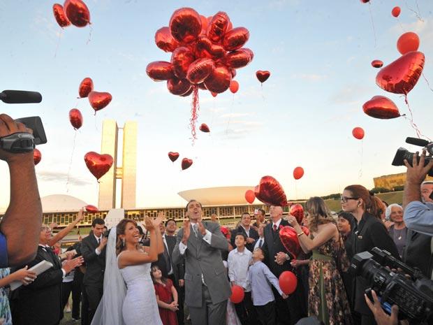 Cerimônia de casamento realizada no final da tarde deste sábado nem frente ao Congresso Nacional, em Brasília (Foto: Elza Fiúza/Agência Brasil)