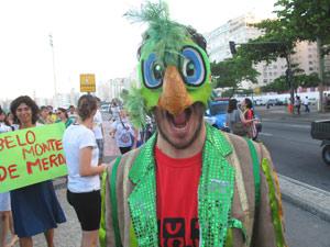 Gringo que Fala veste a fantasia de Zé Carioca e pede justiça social (Foto: Bernardo Tabak/G1)