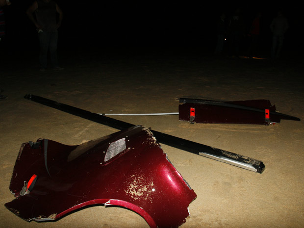 Peças de helicóptero que caiu no litoral baiano nesta sexta-feira (17) foram localizadas na praia, na região de Porto Seguro (Foto: Mário Bittencourt/Agência A Tarde/AE)