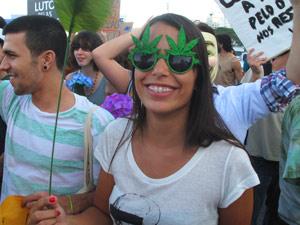 Óculos em formato da folha da maconha (Foto: Bernardo Tabak/G1)