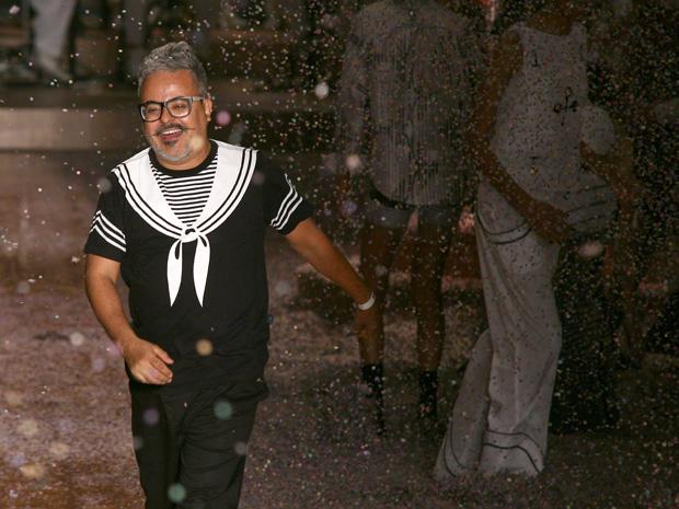 O estilista Ronaldo Fraga entre os confetes e serpentinas no final apoteótico de seu desfile.  (Foto: Daigo Oliva/G1)