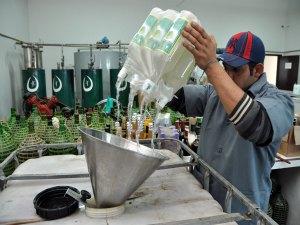 As bebidas apreendidas pela Receita Federal são utilizadas desde o álcool até a embalagem (Foto: Divulgação/AENoticias)