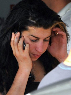 Amy Winehouse chega na Sérvia para show de abertura de sua turnê europeia no sábado (18) (Foto: AFP/Andrej Isakovic)