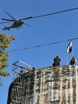 Bandeira, Mangueira, Megaoperação (Foto: Robson Bonin/G1)
