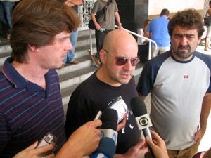 Integrantes da banda Biquíni Cavadão falam com a imprensa no velório da ex-mulher e do filho do vocalista Bruno Gouveia (Foto: Bernardo Tabak/G1)
