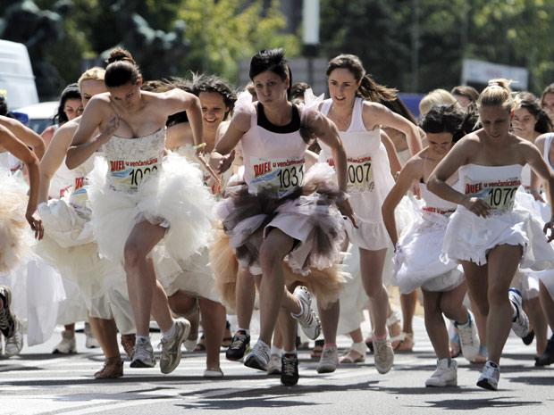 Noivas participam de corrida anual em Belgrado, na Sérvia (Foto: Marko Drobnjakovic/AP)