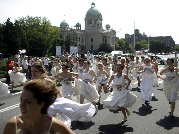 Mulheres concorrem a vários prêmios, incluindo vestidos usados na competição (Foto: Marko Drobnjakovic/AP)