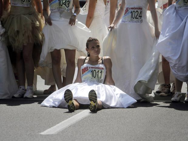 Uma das cinquenta participantes descansa (Foto: Marko Drobnjakovic/AP)