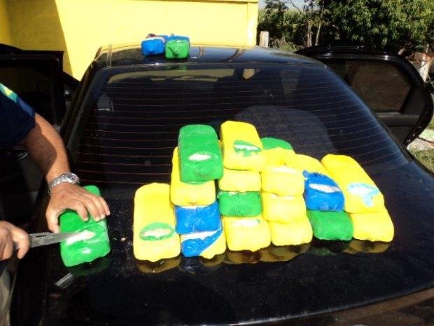 Droga estava envolta em bexigas de plástico, e escondida no tanque de combustível (Foto: Divulgação/PRF)