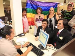 Leo Mendes e Odílio Torres ao assinar escritura pública atestando união estável, em Goiânia (Foto: Diomício Gomes/ O Popular/AE) (Foto: Diomício Gomes/ O Popular/AE))
