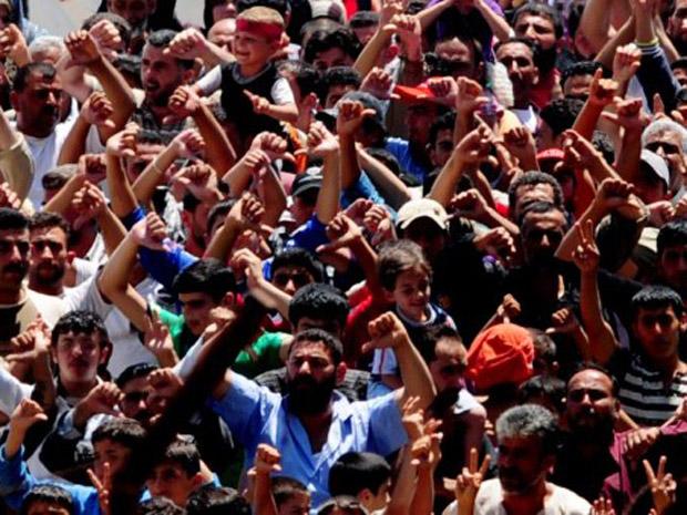 Sírios protestam contra o presidente Bashar al Assad em campo de refugiados em Hatay, na Turquia, nesta segunda-feira (20) (Foto: AP)