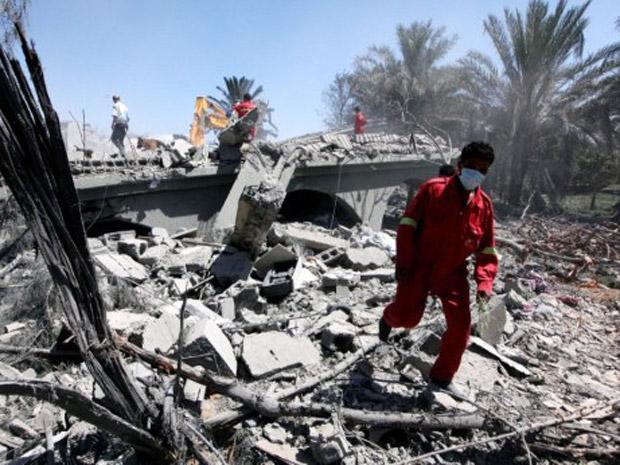 Edifício destruídos em Sorman, subúrbio de Trípoli, nesta segunda-feira (20) (Foto: AP)