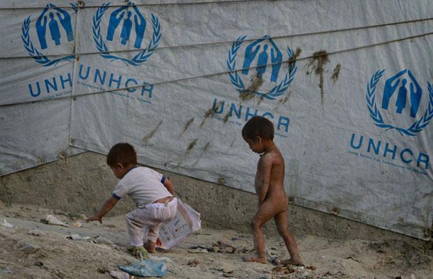 Crianças refugiadas andam em campo de Cabul, no Afeganistão (Foto: Musadeq Sadeq/AP)