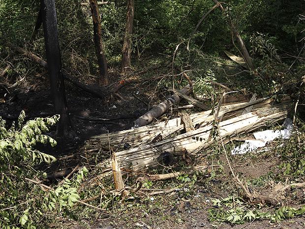 Imagem do local em que carro de comediante do 'Jackass' se acidentou: o Porsche dele explodiu com a batida (Foto: AP)