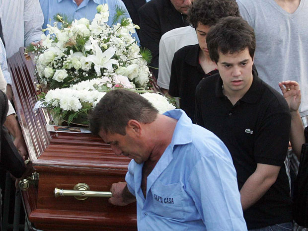 Marco Antonio Cabral, filho do governador Sergio Cabral, ajuda a carregar o caixão com o corpo de sua namorada, Mariana Noleto (Foto: Marcos Paulo/AE)