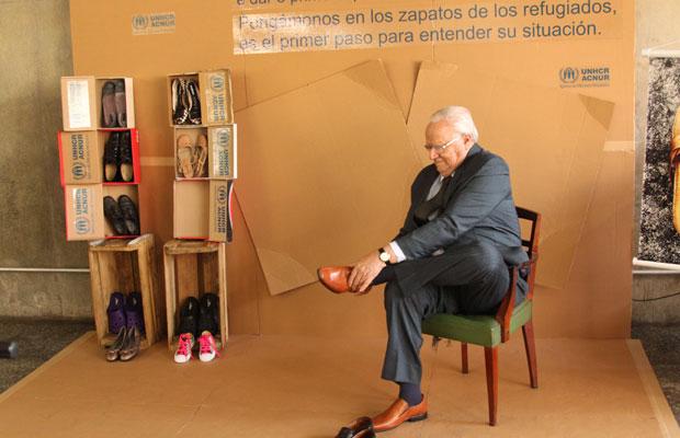 O secretário especial de direitos humanos de São Paulo, josé Gregori, calçou os 'sapatos dos refugiados', nesta segunda-feira (20) (Foto: Fernando Sciré/Divulgação)