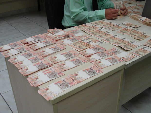 Homem foi preso em flagrante com mil notas de R$ 50 em Betim, na Grande BH (Foto: Polícia Federal de Minas Gerais/Divulgação)