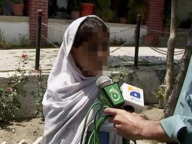Suposta menina-bomba paquistanesa aparece em vídeo na noite desta segunda-feira (20) (Foto: AP)