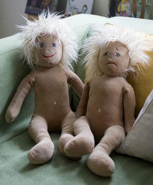 """Bonecos pedagógicos chamados de """"emotion dolls"""" não possuem distinção de sexo (Foto: AP)"""