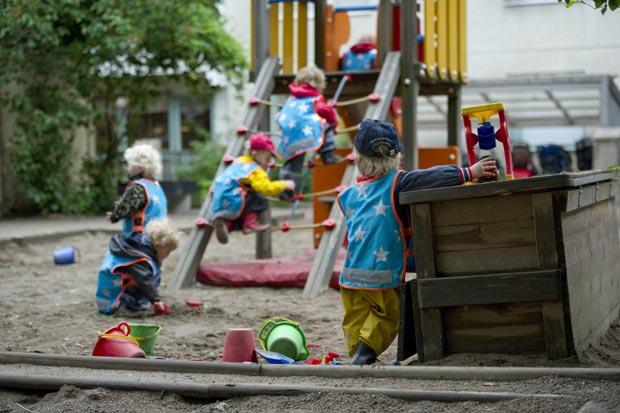 Crianças brincam em parquinho na escola 'Egalia', na Suécia (Foto: AP)