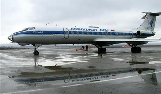 Avião Tupolev TU-134, mesmo modelo do que se acidentou, no aeroporto de Grozny, capital da Chechênia, na Rússia (Foto: Said Tsarnayev / Reuters)