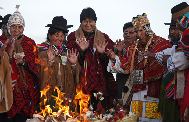 O presidente da Bolívia, Evo Morales, participa do ritual da chegada do ano de 5519 da cultura aimará nesta terça-feira (21) (Foto: AP)