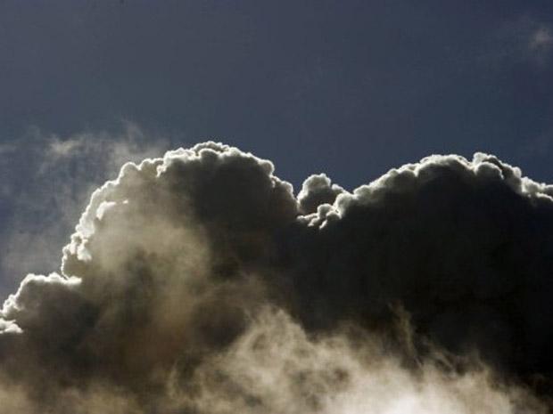 Cinzas se erguem do vulcão Pueyhue nesta terça-feira (21) (Foto: AFP)