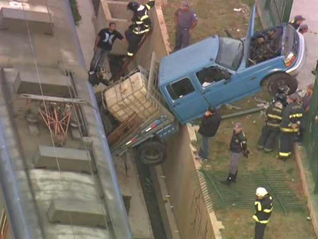 Acidente ocorreu no trecho entre as estações Guaianazes e Antonio Gianetti (Foto: Reprodução/TV Globo)