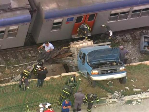 Caminhão desgovernado invadiu a linha 11 Coral da CPTM na Zona Leste da capital (Foto: Reprodução/TV Globo)