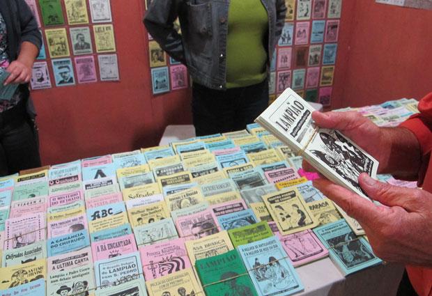 Monteiro já publicou quase 200 cordeis. Alguns deles tiveram mais de 7 mil exemplares vendidos. (Foto: Daniel Buarque / G1)
