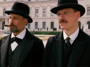 Viggo Mortensen, como Freud, e Michael Fassbender, como Jung, em cena de 'A dangerous method' (Foto: Reprodu&#231;&#227;o)