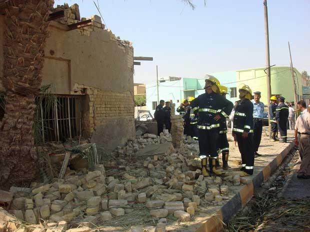 Explosões consecutivas ocorrem perto da casa de um governador. Além de mortes, atentado provocou danos em vários imóveis.  (Foto: Reuters)