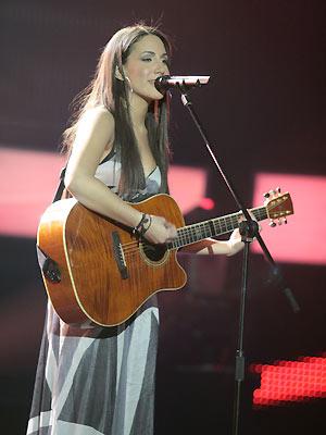 Malu Kyriakopoulou canta 'Amor perfeito' no último sábado (18), durante semifinal do programa 'Greek idol' (Foto: AlphaTV/Divulgação)
